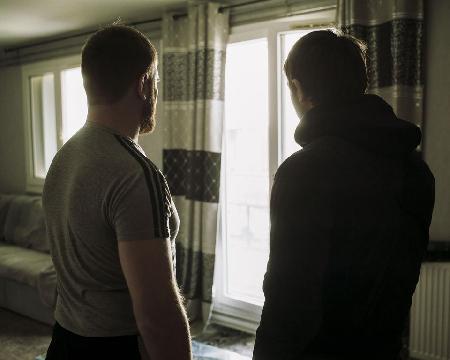 Aslan T. (à gauche) et Issa A. Leurs deux logements ont été perquisitionnés le 25 janvier. Photo Julien Daniel. Myop pour «Libération»