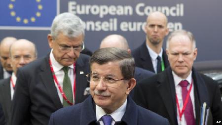 Le Premier ministre turc, Ahmet Davutoglu, au centre, arrive à Bruxelles pour le sommet de l'UE sur la crise migratoire, le vendredi 18 mars 2016