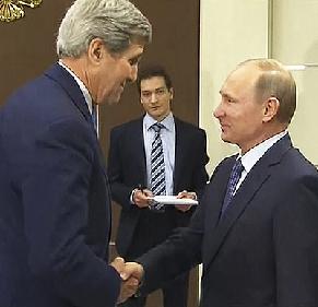 John Kerry et Vladimir Poutine en mai 2015 à Moscou, pour discuter de la Syrie et de l'Ukraine
