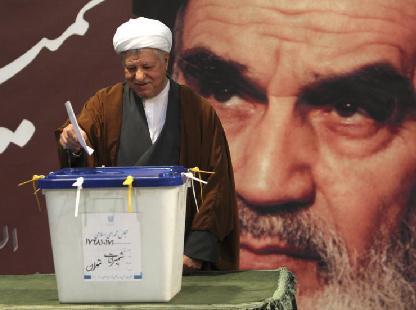 Hashémi Rafsandjani vote… sous le regard de Khomeini. La «réforme»?