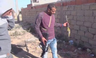 Roquette tirée par les attaquants récupérés par un officier de police