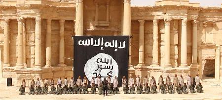 Exemple de propagande de Daech visant à terroriser: Daech à Palmyre, en août 2015, organise la décapitation – forme d'exécution courante en Arabie saoudite – d'experts syriens du «monde antique», dont Khaled Asaad, de 82 ans
