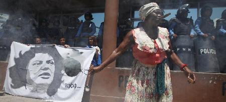 Manifestation à Tegucigalpa: une militante devant le drapeau de Berta Cáceres (17 mars 2016)