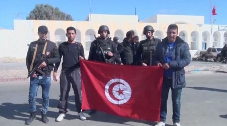 «Les forces de l'ordre» brandissent le drapeau tunisien après l'attaque du lundi 7 mars 2016