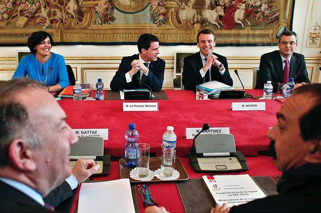 La rencontre des «partenaires sociaux», avec les sourires sur commande de El Khomeri, Valls, Macron.
