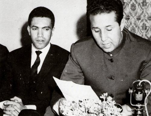 Mohammed Harbi (à gauche) et Ahmed Ben Bella au siège du FLN en mars 1964