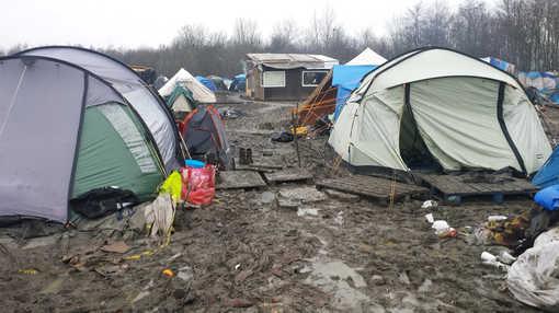 A Grande Synthe, dans le Nord, les tentes dans la boue: «Un camp pire que la jungle de Calais» qui est à une quarantaine de kilomètres de là. Un camp «officiel» (Crédit photo. Gael Joly- Radio France - 5 janvier 2016) Une livre nécessaire à lire, pour que les camps de réfugié·e·s, sur toute la planète, cessent d'être des trous noirs surmédiatisés: «Un monde de camps», La Découverte, 2014, sous la direction de Michel Agier.
