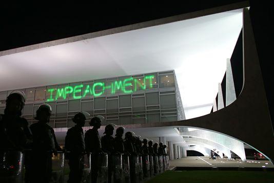 Des policiers gardent le palais présidentiel de Brasilia, sur lequel des manifestants ont projeté le mot «destitution», le 21?mars