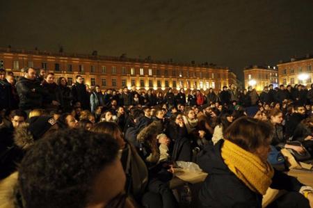 Près de 500 personnes se sont rassemblées, mardi 5 avril, place du Capitole à Toulouse
