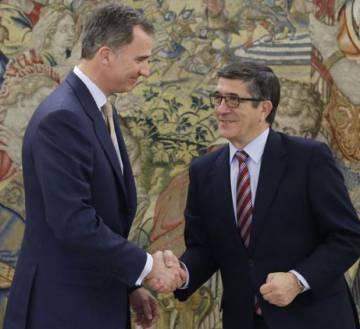 Le 2 mai, le roi dans le palais de la Zarzuela, avec le président du Congrès, Patxi López, fixent les élections du 26 juin