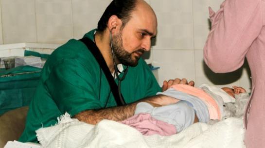 Mohammad Wassim Maaz oscultant un enfant dans un hôpital syrien d'Alep le 20 février 2016