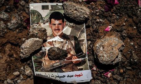 Photographie d'un soldat afghan, «illustrant» sa tombe au nord-est de l'Iran