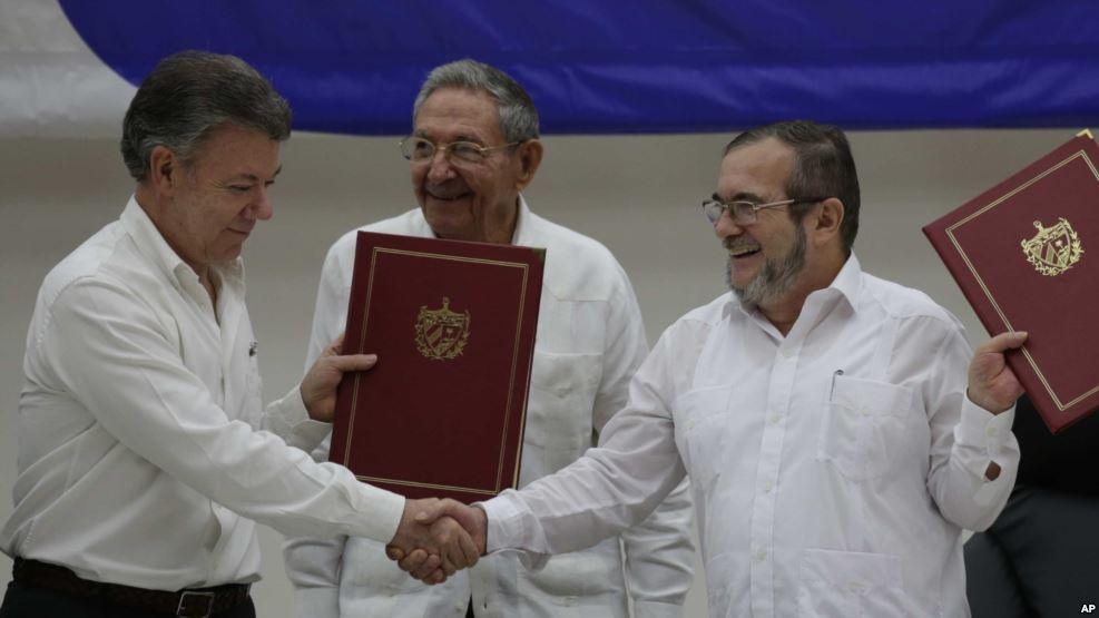Le président colombien Juan Manuel Santos et Timoleon Jimenez, leader des FARC, La Havane, le 23 juin 2016
