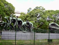 Monument Chant au Travail: 14 travailleurs tirent un énorme pierre qui symbolise l'effort du travail