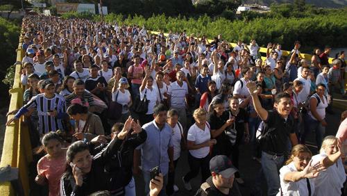 Vénézuéliens sur le pont «Simon Bolivar» pour faire leurs achats en Colombie