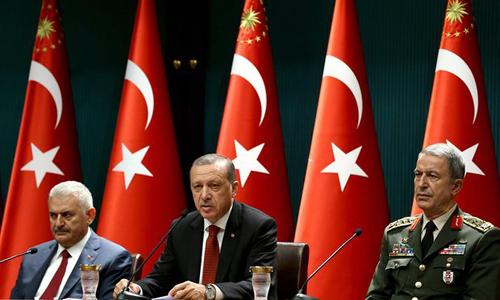 De gauche à droite: Binali Yildrim, Premier ministre; Recep Tyyip Erdogan, président, et le général Hulusi Akar