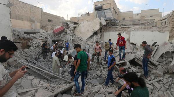 Des habitants d'Alep à la recherche de survivants dans les décombres de l'attaque aérienne du 8 juillet 2016
