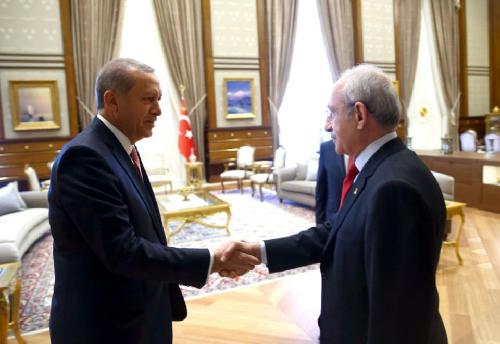 Recep Tayyip Erdogan et Kemal Kiliçdaroglu, chef du Parti républicain du peuple (CHP), le 25 juillet 2016, au palais présidentiel à Ankara