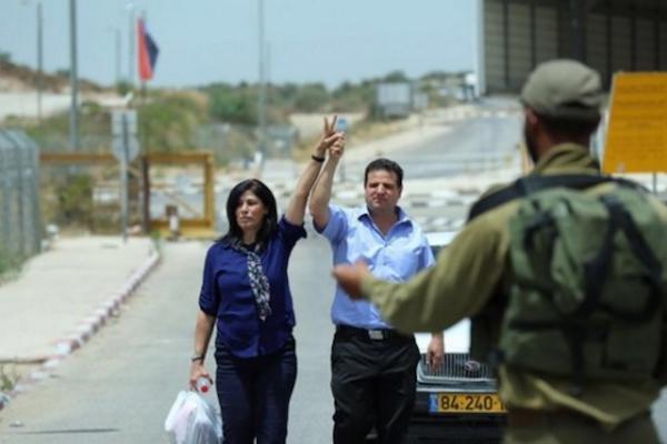 Khalida Jarrar – accompagnée par Ayman Odeh, porte-parole de la Liste unifiée palestinienne à la Knesset – à la sortie de 15 mois passés dans une prison israélienne.