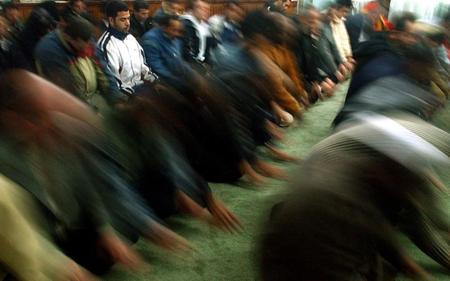 Photo publiée par le quotidien «Ekathimerini» sous le titre: «L'absence d'une mosquée à Athènes stimule la peur du radicalisme»