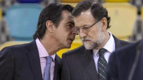 José Manuel Soria, ancien ministre de l'Industrie en conversation avec Mariano Rajoy