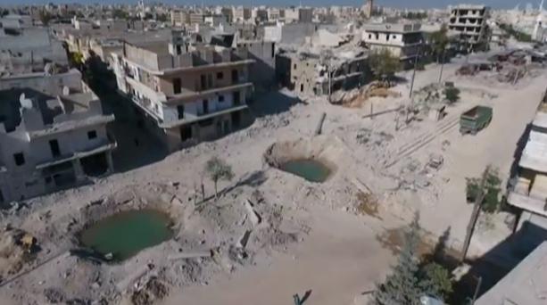 Cratères provoqués par des bombes anti-bunkers (vue prise par drone publiée dans une vidéo du Guardian le 28 septembre 2016)