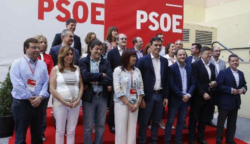 Pedro Sánchez au siège du PSOE… entouré des «barons socialistes»