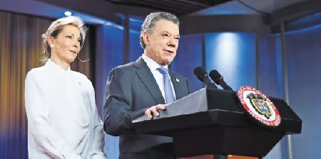 Le président Santos, accompagné de sa femme, présente le résultat du référendum