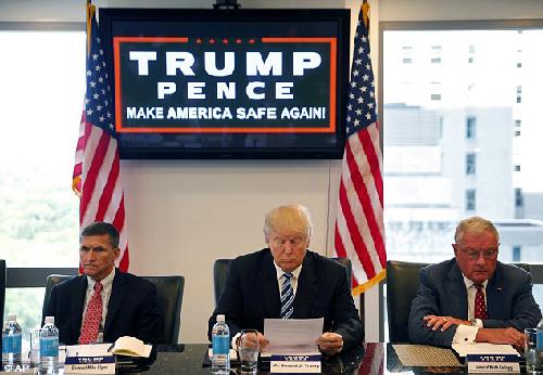Mike Flynn (Général à la retraite), Donald Trump,  et Keith Kellog (Lt. Général à la retraite)