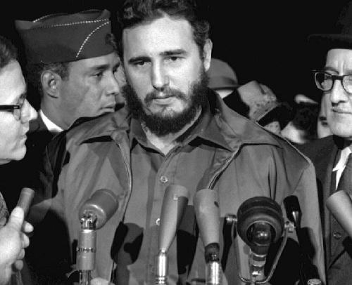 Fidel Castro s'adressant à la presse lors de son arrivée à Washington le 15 avril 1959