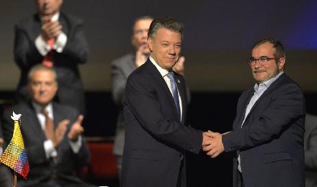Signature de l'accord au Théâtre Colon, à Bogota, par Santos et Timochenko