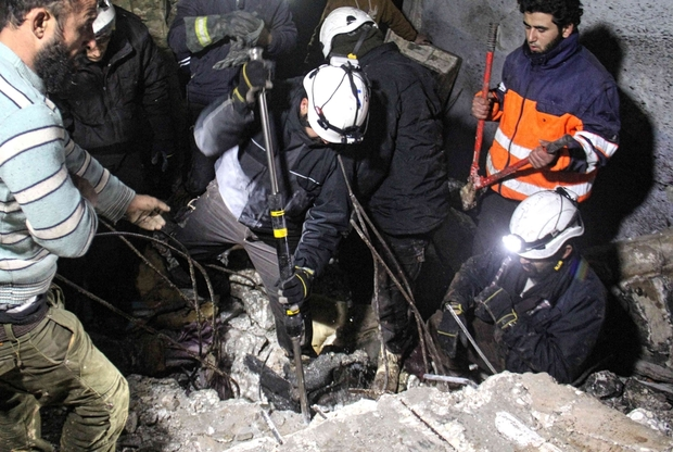 Rescuers search for survivors in Taftanaz, Idlib, on January 11, 2017 (AFP)