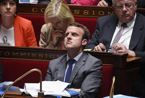 784279-le-ministre-de-l-economie-emmanuel-macron-a-l-assemblee-le-9-juin-2015-a-paris