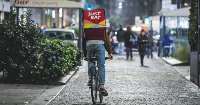 Rider di food delivery in notturna