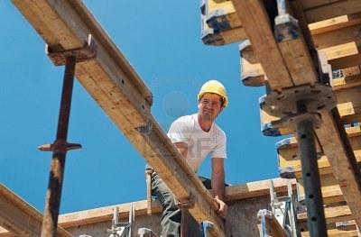 9545118-travailleur-de-la-construction-authentique-pla-ant-dalle-coffrage-poutres-en-chantier