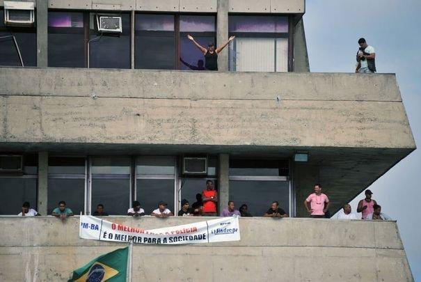 268332_des-policiers-bresiliens-en-greve-occupent-le-parlement-local-de-salvador-de-bahia-le-6-fevrier-2012