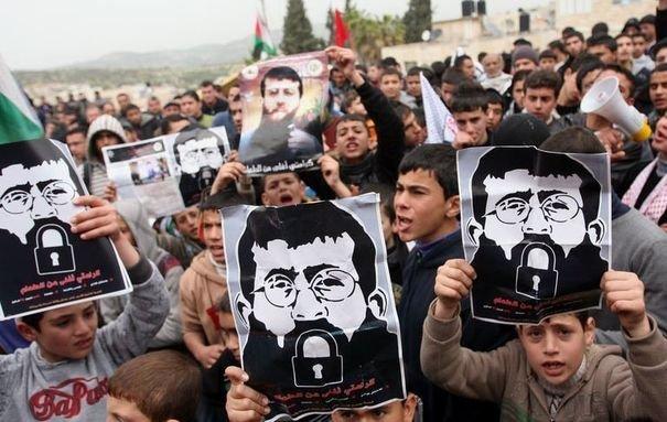271906_des-palestiniens-manifestent-en-solidarite-avec-khader-adnane-en-greve-de-la-fin-depuis-30-jours-en-cisjordanie-le-15-fevrier-2012