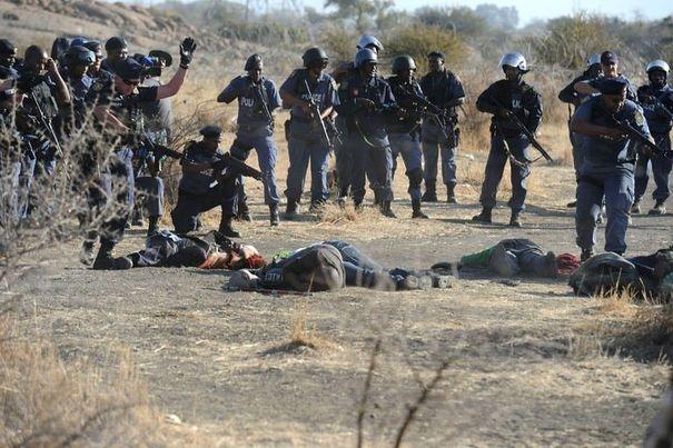384765_la-police-encercle-le-corps-de-mineurs-grevistes-le-16-aout-2012-a-marikana