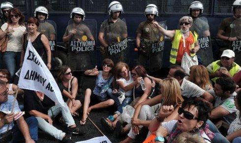 la-police-surveille-des-manifestants-devant-le-ministere-de_974744_490x290