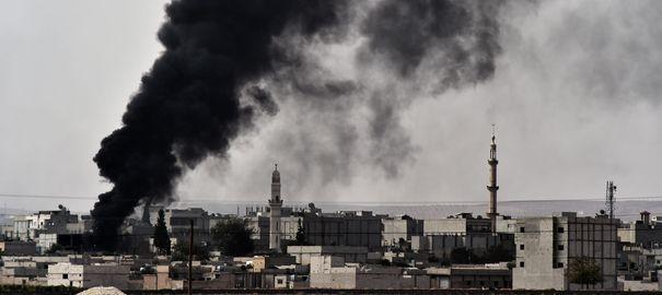 epaisse-fumee-noire-au-dessus-de-la-ville-de-kobane-ou-les-forces-kurdes-tentent-de-repousser-les-jihadistes-de-l-ei-le-10-octobre-2014-en-syrie_5127476
