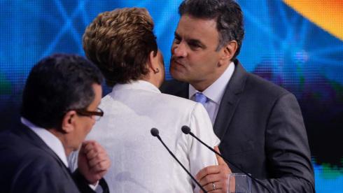 14out2014-dilma-rousseff-pt-e-aecio-neves-psdb-se-cumprimentam-antes-do-debate-da-band-o-primeiro-entre-os-presidenciaveis-que-concorrem-no-segundo-turno-das-eleicoes-presidenciais-na