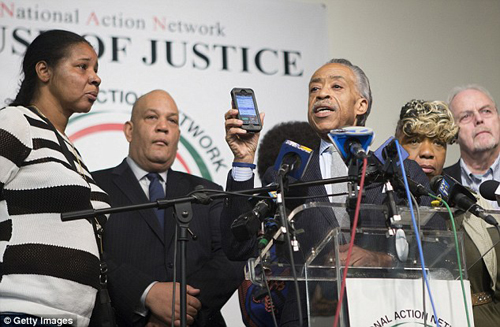 2434714000000578-0-Not_involved_Rev_Al_Sharpton_holds_up_his_phone_after_saying_he_-m-23_1419188169998