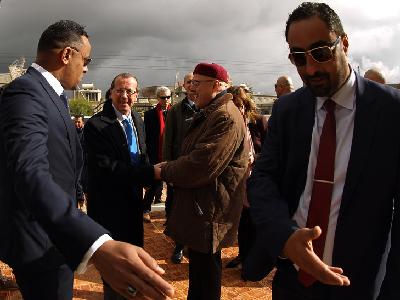 L-envoye-Nations-Unies-Martin-Kobler-arrive-Shahat-dans-libyen-31-decembre-2015-afin-rencontrer-Aguila-Saleh-president-Parlement-refugie-Tobrouk-reste-hostile-accord-onusien_0_730_547