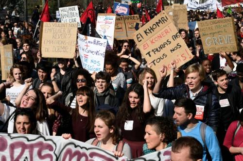 860803-manifestation-d-etudiants-contre-la-loi-travail-a-paris-le-17-mars-2016