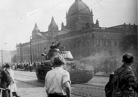 440px-Bundesarchiv_Bild_175-14676,_Leipzig,_Reichsgericht,_russischer_Panzer